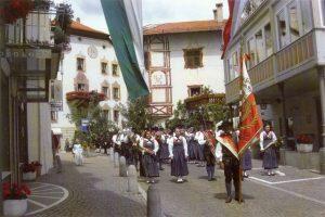 Musikkapelle und Schützen von Mals anlässlich der Herz-Jesu-Prozession 2009